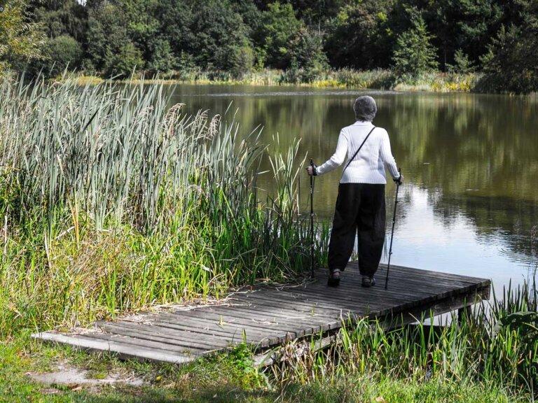 Frau am See für Vortrag über Burnout und Depression